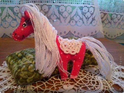 Сшила из фетра лошадок , седло связала крючком , глазки нарисовала акриловыми красками -))) фото 4