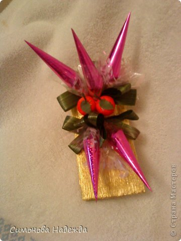 Здравствуйте дорогие мастерицы!Это подарок на день рождения моему брату.Хотя он и взрослый дядечка(исполнится 47 лет),но сладенькое любит,ну а от хорошего к-ка,мало кто откажется.Конфетки гранд-тоффи,марсианка,трюфель Бабаевский,и небольшая бирочка с поздравлением. фото 4
