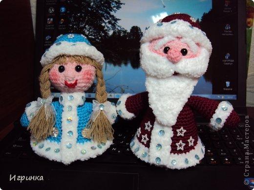 Новый год к нам идет! И хотя грядет год лошади, без главных персонажей - Деда Мороза и снегурочки ну никак не обойтись.Вот и связала для себя этих человечков. Фото не очень удачное - у деда голова очень большая, наверное потому, что фотала сверху, а в общем-то они мне очень даже понравились.Да, еще забыла сообщить, что автор этих замечательных игрушек totoshka (Наташа) с форума амигуруми, огромное спасибо ей за это!!!!Вязала детским кашемиром, отделка (мех)ALISE Softi.= и по меху пайетки. Тонировала акваельным карандашом. Размер игрушки 13-15 см.