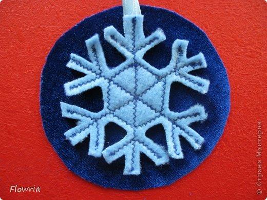 Наваяла очередных снежинок. Стеклянные кабашоны (наклеены на картонную снежинку) фото 3
