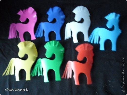 Здравствуйте! Хочу предложить сделать карусель лошадок к Новому Году. Лошадки очень простые, можно сделать с детьми и повесить на елочку. Может быть кому-то пригодится! фото 4