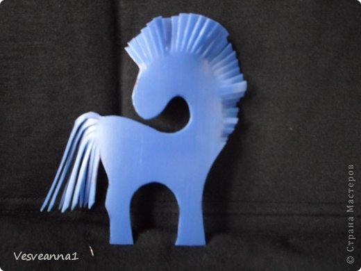 Здравствуйте! Хочу предложить сделать карусель лошадок к Новому Году. Лошадки очень простые, можно сделать с детьми и повесить на елочку. Может быть кому-то пригодится! фото 5