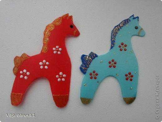 Здравствуйте! Хочу предложить сделать карусель лошадок к Новому Году. Лошадки очень простые, можно сделать с детьми и повесить на елочку. Может быть кому-то пригодится! фото 10