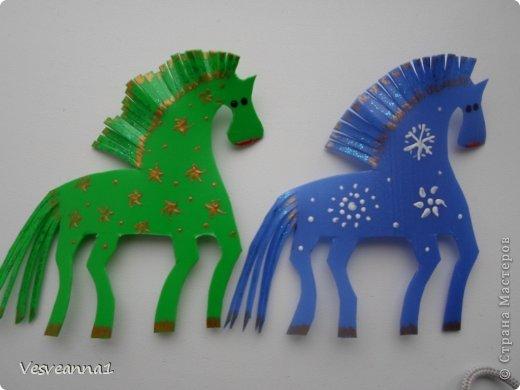Здравствуйте! Хочу предложить сделать карусель лошадок к Новому Году. Лошадки очень простые, можно сделать с детьми и повесить на елочку. Может быть кому-то пригодится! фото 11