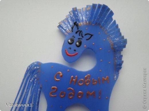 Здравствуйте! Хочу предложить сделать карусель лошадок к Новому Году. Лошадки очень простые, можно сделать с детьми и повесить на елочку. Может быть кому-то пригодится! фото 9
