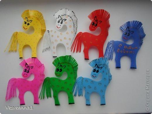 Здравствуйте! Хочу предложить сделать карусель лошадок к Новому Году. Лошадки очень простые, можно сделать с детьми и повесить на елочку. Может быть кому-то пригодится! фото 6