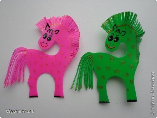 Здравствуйте! Хочу предложить сделать карусель лошадок к Новому Году. Лошадки очень простые, можно сделать с детьми и повесить на елочку. Может быть кому-то пригодится! фото 7