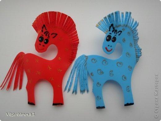 Здравствуйте! Хочу предложить сделать карусель лошадок к Новому Году. Лошадки очень простые, можно сделать с детьми и повесить на елочку. Может быть кому-то пригодится! фото 8