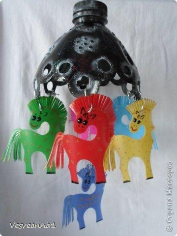 Здравствуйте! Хочу предложить сделать карусель лошадок к Новому Году. Лошадки очень простые, можно сделать с детьми и повесить на елочку. Может быть кому-то пригодится! фото 21