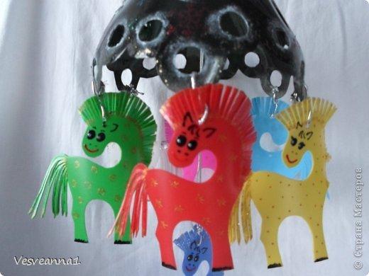 Здравствуйте! Хочу предложить сделать карусель лошадок к Новому Году. Лошадки очень простые, можно сделать с детьми и повесить на елочку. Может быть кому-то пригодится! фото 1