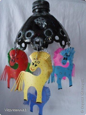 Здравствуйте! Хочу предложить сделать карусель лошадок к Новому Году. Лошадки очень простые, можно сделать с детьми и повесить на елочку. Может быть кому-то пригодится! фото 22