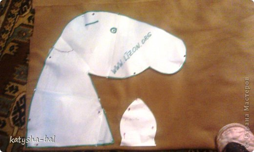 В связи с приближением Нового Года 2014, символом которого будет лошадь, решила сделать вот таких лошадок для конкурсов, ну и для ребенка. Очень долго искала как их сделать красивыми, практичными, и чтоб были не дорогими, и наконец-то нашла. Спасибо ОГРОМНОЕ http://www.lizon.org/2011/02/hobby-horse.html   за ее мастер класс, но я немного сделала по своему. Выкройку брала с этого же сайта. И вот такие красавцы получились. Уже даже имена им с дочкой придумали, темненький это ГРАФ а светленькая это КВІТОЧКА.)))) Что для работы нужно:  грива из бахромы, сложенной в несколько раз, глазки с пуговиц или красивых бусинок делаем, разные ленточки и тесемки, колечки от брелков ненужных, пух или синтепон для набивки. (я использовала пух со старой бабушкиной подушки) палку купила в строительном магазине, держак для лопаты, и перепилили на 2 части, ну и как для меня самое главное клей пистолет- без которого ничего не делаю.)))) фото 2