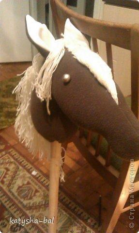 В связи с приближением Нового Года 2014, символом которого будет лошадь, решила сделать вот таких лошадок для конкурсов, ну и для ребенка. Очень долго искала как их сделать красивыми, практичными, и чтоб были не дорогими, и наконец-то нашла. Спасибо ОГРОМНОЕ http://www.lizon.org/2011/02/hobby-horse.html   за ее мастер класс, но я немного сделала по своему. Выкройку брала с этого же сайта. И вот такие красавцы получились. Уже даже имена им с дочкой придумали, темненький это ГРАФ а светленькая это КВІТОЧКА.)))) Что для работы нужно:  грива из бахромы, сложенной в несколько раз, глазки с пуговиц или красивых бусинок делаем, разные ленточки и тесемки, колечки от брелков ненужных, пух или синтепон для набивки. (я использовала пух со старой бабушкиной подушки) палку купила в строительном магазине, держак для лопаты, и перепилили на 2 части, ну и как для меня самое главное клей пистолет- без которого ничего не делаю.)))) фото 13