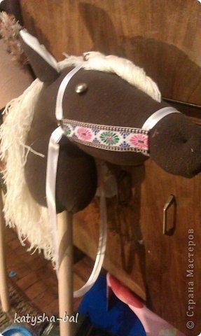 В связи с приближением Нового Года 2014, символом которого будет лошадь, решила сделать вот таких лошадок для конкурсов, ну и для ребенка. Очень долго искала как их сделать красивыми, практичными, и чтоб были не дорогими, и наконец-то нашла. Спасибо ОГРОМНОЕ http://www.lizon.org/2011/02/hobby-horse.html   за ее мастер класс, но я немного сделала по своему. Выкройку брала с этого же сайта. И вот такие красавцы получились. Уже даже имена им с дочкой придумали, темненький это ГРАФ а светленькая это КВІТОЧКА.)))) Что для работы нужно:  грива из бахромы, сложенной в несколько раз, глазки с пуговиц или красивых бусинок делаем, разные ленточки и тесемки, колечки от брелков ненужных, пух или синтепон для набивки. (я использовала пух со старой бабушкиной подушки) палку купила в строительном магазине, держак для лопаты, и перепилили на 2 части, ну и как для меня самое главное клей пистолет- без которого ничего не делаю.)))) фото 14