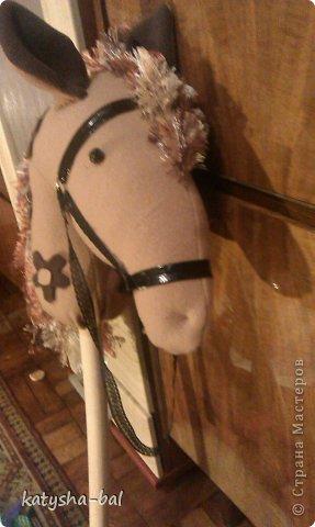 В связи с приближением Нового Года 2014, символом которого будет лошадь, решила сделать вот таких лошадок для конкурсов, ну и для ребенка. Очень долго искала как их сделать красивыми, практичными, и чтоб были не дорогими, и наконец-то нашла. Спасибо ОГРОМНОЕ http://www.lizon.org/2011/02/hobby-horse.html   за ее мастер класс, но я немного сделала по своему. Выкройку брала с этого же сайта. И вот такие красавцы получились. Уже даже имена им с дочкой придумали, темненький это ГРАФ а светленькая это КВІТОЧКА.)))) Что для работы нужно:  грива из бахромы, сложенной в несколько раз, глазки с пуговиц или красивых бусинок делаем, разные ленточки и тесемки, колечки от брелков ненужных, пух или синтепон для набивки. (я использовала пух со старой бабушкиной подушки) палку купила в строительном магазине, держак для лопаты, и перепилили на 2 части, ну и как для меня самое главное клей пистолет- без которого ничего не делаю.)))) фото 15