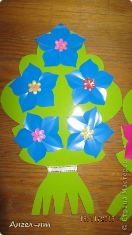 Праздничная телеграмма для мамы - дети каждый делали цветы из гофракартона- я потом склеивала в одну композицию фото 5