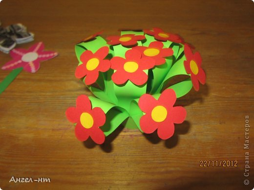Праздничная телеграмма для мамы - дети каждый делали цветы из гофракартона- я потом склеивала в одну композицию фото 3