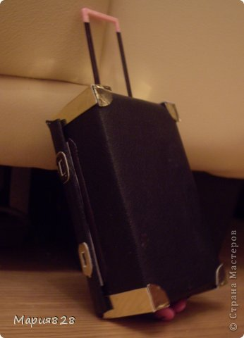 На улице холодно и сыро и наши куколки решили отправиться в жаркие страны и для этой цели прикупили чемодан. фото 2
