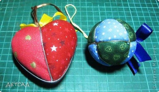 Новый год... Украшения, игрушки... Самые лучшие ёлочные игрушки это те, которые сделаны своими руками!!! Кинусайга — искусство из Японии.  В кинусайга сочетаются несколько техник: лоскутное шитье, батик и резьба по дереву...  В кинусайга кусочки ткани не сшиваются и не приклеиваются, а прикрепляются особым методом.  В такой технике можно делать и объёмные изделия, причём за основу брать не только дерево, но и пенопласт!!!