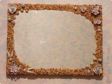 Этому зеркалу более полувека. Помню его с детства. Было оно обычное, без особенностей. Выбрасывать очень не хотелось В последние годы оно висело на даче и я решила его украсить. Но как? Шишками или ракушками? Остановилась на ракушках.