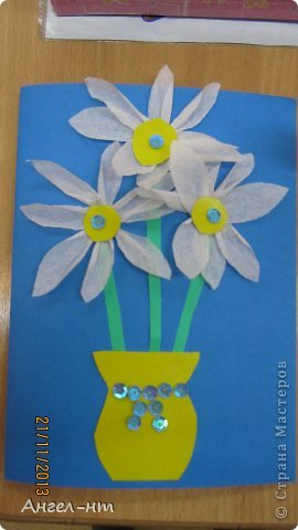 Цветы из креповой бумаги, для блеска добавляли пайетки.  фото 2