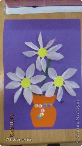 Цветы из креповой бумаги, для блеска добавляли пайетки.