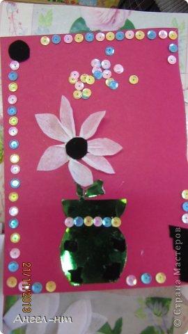 Цветы из креповой бумаги, для блеска добавляли пайетки.  фото 3