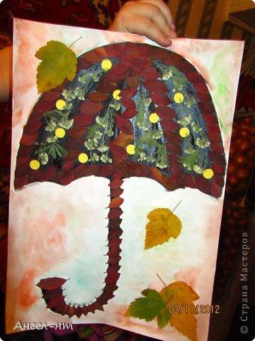 Этот осенний зонтик мы делали с сыном (5 лет) в садик. Заранее собирали красивые листья и делали гербарий.  Вместе приклеивали и украшали нашу творческую работу.  И вот что получилось - представляем на ваш суд.