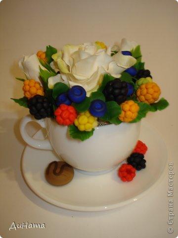 захотелось мне ягод,только оформить их хочу в белой чайной чашке,чтобы на блюдечке выложить три ягодки,а может еще и плиточку шоколада слепить. А пока они в ведре))) фото 8