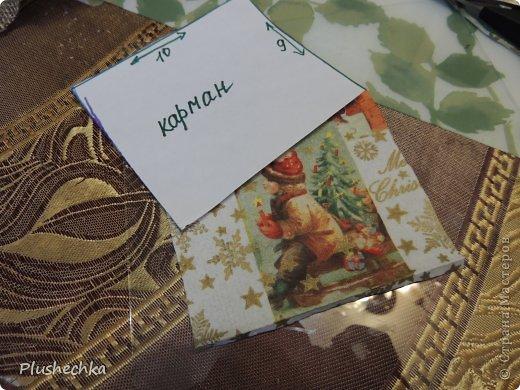 Здравствуйте! Сегодня я предлагаю вам сшить коня-органайзер новогоднего! Такая вещь может украсить стену в прихожей и в ней можно хранить разнообразные мелочи, а также можно положить в кармашек денежку или небольшой подарочек и подарить кому-нибудь на Новый год. Шить мы будем маленькую лошадку. Для пошива большого органайзера вам будет необходимо просто изменить размеры, прибавив 5-10-15... см. Нам понадобится: - мешковина; - шпагат, пряжа; - кусочек пластики; - ленты: атласная узкая и капроновая чёрная; - ткань, органза, сетка, коробочки, шишки, бусины, глиттеры для декора уже готовой лошади.  - для декупажа кармана - салфетки, ПВА, кисточка, контуры акриловые; - клеевой пистолет; - лак акриловый. фото 7