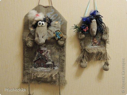 Здравствуйте! Сегодня я предлагаю вам сшить коня-органайзер новогоднего! Такая вещь может украсить стену в прихожей и в ней можно хранить разнообразные мелочи, а также можно положить в кармашек денежку или небольшой подарочек и подарить кому-нибудь на Новый год. Шить мы будем маленькую лошадку. Для пошива большого органайзера вам будет необходимо просто изменить размеры, прибавив 5-10-15... см. Нам понадобится: - мешковина; - шпагат, пряжа; - кусочек пластики; - ленты: атласная узкая и капроновая чёрная; - ткань, органза, сетка, коробочки, шишки, бусины, глиттеры для декора уже готовой лошади.  - для декупажа кармана - салфетки, ПВА, кисточка, контуры акриловые; - клеевой пистолет; - лак акриловый. фото 53