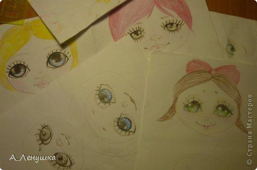 Сегодня я попробую рассказать, как нарисовать глазки кукле. Буду больше рассказывать, поэтому следите за текстом. Людей, получивших специальное образование, прошу не ехидничать! Нам понадобиться: 1 Краски акриловые 2 Кисти синтетические 3 Тушка куклы загрунтованная ( я грунтую смесью 0,5 воды+ 0.5 ПВА+ краска акриловая) 4 Вода 5 Лист бумаги (вместо палитры) 6 Карандаш простой и ластик. фото 2