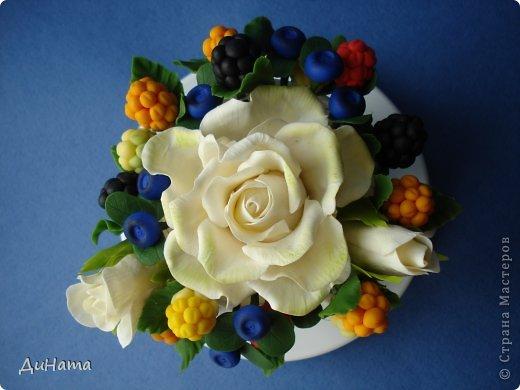 захотелось мне ягод,только оформить их хочу в белой чайной чашке,чтобы на блюдечке выложить три ягодки,а может еще и плиточку шоколада слепить. А пока они в ведре))) фото 11