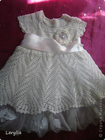 """Привествую заглянувших ко мне на огонёк!!!!!! Счастья и мира ВАМ!!!  Хочу показать наше крестильное платье, крестили мы Владушку в пять месяцев, но платьице планируем носить и на следующее лето, я вязала его немного на вырост. Работа авторская, ниточки шелк, крючок 1, бусины, ленты.....и....терпение!!!! Очень не просто вязать шелковыми нитками-путаются! Я даже придумала приспособление, что бы меньше путались. И так наше """"Перо павлина"""": фото 12"""