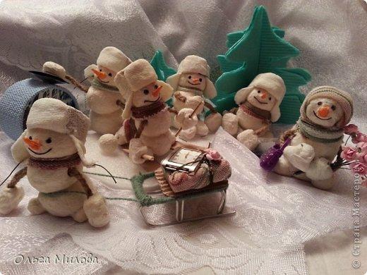Здравствуйте, дорогие мои мастерицы и мастерята! Сегодня мне хочется поздравить нашу большую Страну с Днем рождения! К этому празднику я слепила снеговиков. Их шесть... И это не случайно! Ведь именно сегодня наш сайт отмечает шестой день рождения!               фото 1