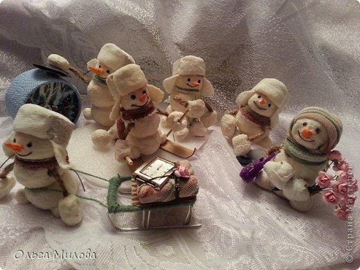 Здравствуйте, дорогие мои мастерицы и мастерята! Сегодня мне хочется поздравить нашу большую Страну с Днем рождения! К этому празднику я слепила снеговиков. Их шесть... И это не случайно! Ведь именно сегодня наш сайт отмечает шестой день рождения!               фото 10