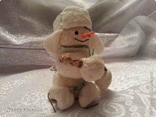 Здравствуйте, дорогие мои мастерицы и мастерята! Сегодня мне хочется поздравить нашу большую Страну с Днем рождения! К этому празднику я слепила снеговиков. Их шесть... И это не случайно! Ведь именно сегодня наш сайт отмечает шестой день рождения!               фото 7