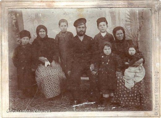 В нашей семье, как наверно во многих других, сохранились старые фотографии. Это история моей семьи , моего села, моя история. Эти люди почти все уже в вечности, и облик села стремительно меняется , уходит безвозвратно вслед за уходящими людьми.  Это мои прадед Андрей, прабабка Ульяна и прапрабабка Матрона и их дети слева направо: Василий, Анастасия, Николай, рядом с матерью стоит Елена, на коленях сидит Евдокия, Софья ещё не родилась.      Бабушка Ната и Бабушка Лена воспитали мою маму, Бабушка Дуся (родная бабушка) погибла в оккупации в Краснодаре.  фото 1