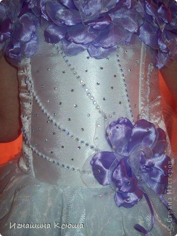 на этот новый год старшая дочь попросила белое платье с сиреневыми цветами. пришлось повозится с корсетом, огромное спасибо мастерице с большой буквы Махова (имя к сожалению не указано) у неё на странице есть МК детского корсета(только там размер на 6-7 лет ,а на мою 5-летнюю дюймовочку нужны размеры 3-летней ), выкройку уменьшили   где нужно ушили. в дополнение образа  комплект украшений и диадема(фото без аксессуаров) фото 5