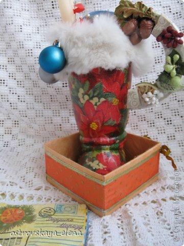 Продолжение моей новогодней темы....Сапог Деда Мороза.  Стекло, салфетка, мех натуральный)))), контур, краска, лак.
