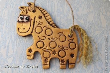 """В нашей Стране Мастеров, наверно не осталось ни одного жителя, у кого бы не было новогодней лошадки. И я не исключение. У меня целая конюшня лошадей и ни одна не повторяеся по росписи. Даже если и есть много """"яблочных"""" коней, всё равно есть отличия! Посмотрите сами.   Форму этого коня я подглядела ещё летом в городе Алушта, в киосках с сувенирами. А потом и в СМ таких увидела. Только росписи у всех разные, одинаковые лишь силуэты. фото 2"""