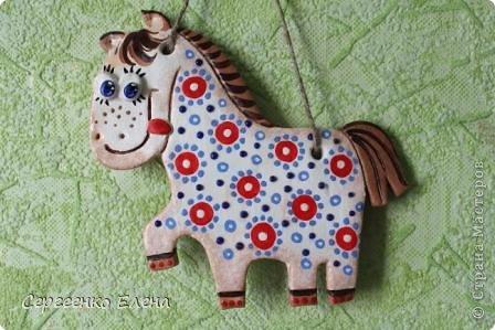 """В нашей Стране Мастеров, наверно не осталось ни одного жителя, у кого бы не было новогодней лошадки. И я не исключение. У меня целая конюшня лошадей и ни одна не повторяеся по росписи. Даже если и есть много """"яблочных"""" коней, всё равно есть отличия! Посмотрите сами.   Форму этого коня я подглядела ещё летом в городе Алушта, в киосках с сувенирами. А потом и в СМ таких увидела. Только росписи у всех разные, одинаковые лишь силуэты. фото 5"""