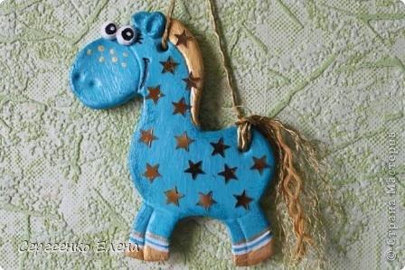 """В нашей Стране Мастеров, наверно не осталось ни одного жителя, у кого бы не было новогодней лошадки. И я не исключение. У меня целая конюшня лошадей и ни одна не повторяеся по росписи. Даже если и есть много """"яблочных"""" коней, всё равно есть отличия! Посмотрите сами.   Форму этого коня я подглядела ещё летом в городе Алушта, в киосках с сувенирами. А потом и в СМ таких увидела. Только росписи у всех разные, одинаковые лишь силуэты. фото 9"""
