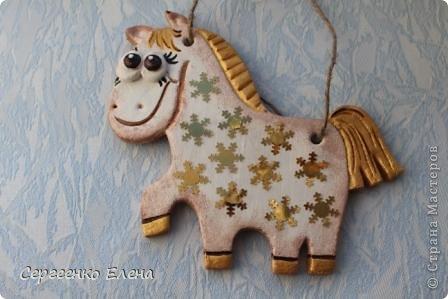 """В нашей Стране Мастеров, наверно не осталось ни одного жителя, у кого бы не было новогодней лошадки. И я не исключение. У меня целая конюшня лошадей и ни одна не повторяеся по росписи. Даже если и есть много """"яблочных"""" коней, всё равно есть отличия! Посмотрите сами.   Форму этого коня я подглядела ещё летом в городе Алушта, в киосках с сувенирами. А потом и в СМ таких увидела. Только росписи у всех разные, одинаковые лишь силуэты. фото 10"""