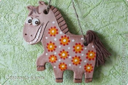 """В нашей Стране Мастеров, наверно не осталось ни одного жителя, у кого бы не было новогодней лошадки. И я не исключение. У меня целая конюшня лошадей и ни одна не повторяеся по росписи. Даже если и есть много """"яблочных"""" коней, всё равно есть отличия! Посмотрите сами.   Форму этого коня я подглядела ещё летом в городе Алушта, в киосках с сувенирами. А потом и в СМ таких увидела. Только росписи у всех разные, одинаковые лишь силуэты. фото 13"""