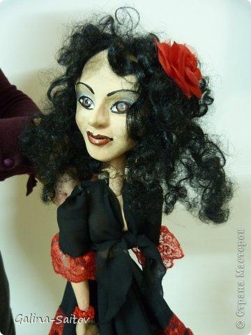 Это кукла марионетка. Еще она называется планшетная кукла. Я ее сделала на курсе у Ирины Лицки. Я назвала ее Кармен. Хотела передать образ цыганки Кармен одновременно романтичной , взбалмошной и девушки с сильным характером. Надеюсь , что получилось фото 1