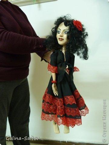 Это кукла марионетка. Еще она называется планшетная кукла. Я ее сделала на курсе у Ирины Лицки. Я назвала ее Кармен. Хотела передать образ цыганки Кармен одновременно романтичной , взбалмошной и девушки с сильным характером. Надеюсь , что получилось фото 2