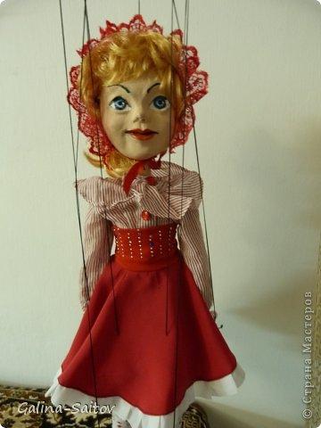 Это кукла марионетка. Еще она называется планшетная кукла. Я ее сделала на курсе у Ирины Лицки. Я назвала ее Кармен. Хотела передать образ цыганки Кармен одновременно романтичной , взбалмошной и девушки с сильным характером. Надеюсь , что получилось фото 7