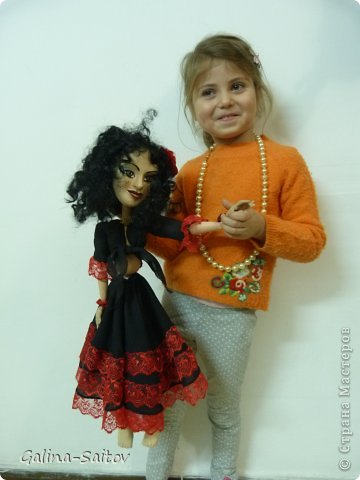 Это кукла марионетка. Еще она называется планшетная кукла. Я ее сделала на курсе у Ирины Лицки. Я назвала ее Кармен. Хотела передать образ цыганки Кармен одновременно романтичной , взбалмошной и девушки с сильным характером. Надеюсь , что получилось фото 4