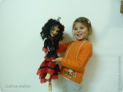 Это кукла марионетка. Еще она называется планшетная кукла. Я ее сделала на курсе у Ирины Лицки. Я назвала ее Кармен. Хотела передать образ цыганки Кармен одновременно романтичной , взбалмошной и девушки с сильным характером. Надеюсь , что получилось фото 3